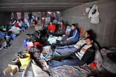 2010年10月28日,314国道小草湖收费站往吐鲁番方向10公里的桥下涵洞处,几个农民工在桥洞中休息。