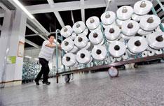 减轻中小企业特别是小微企业税负,应成政府减税重点。图为福建省晋江市一家纺织企业生产车间。