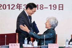 国际货币基金组织总裁拉加德上任后成为访华常客。图为她与中国财政部部长谢旭人(左)在中国发展高层论坛年会上。