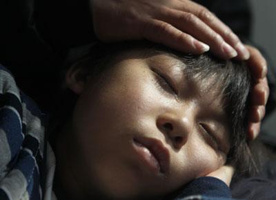 2011年4月26日一早,获准取保候审的孙文辉到河北沧州市中心医院看望住院的儿子小峰。3月31日,因儿子患再生障碍性贫血无钱医治,求助小天使基金未果,孙文辉在中国红十字基金会小天使基金办公室劫持一名工作人员,被警方控制。目前,他被鉴定为限制刑事责任能力,取保候审。小峰在父亲的怀中安睡,一滴泪水涌出眼角。