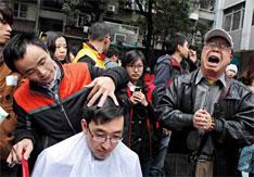 2012年2月12日,广州。小碧心的父亲刘任能在为前来捐款的爱心市民理发时,一位父亲突然来到身旁,向大家哭诉称,他的女儿身患白血病,无钱治疗,因为没有得到社会的帮助,他因此痛失爱女。