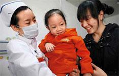 """2010年11月12日,""""大肚娃娃""""胡云星的爸爸将女儿的照片和求助帖子传到网上,引起中华少儿慈善救助基金会""""天使妈妈""""基金的关注,迅速建立专款专用捐款平台。同年11月16日,胡云星进京求医。2011年3月11日,北京军区总医院附属八一儿童医院,已变得""""苗条""""的胡云星出院。"""