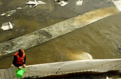 2011年12月21日,福建省福州市,马尾区马尾港附近的中铝瑞闽铝板带有限公司发生乳化液泄漏事故,大量的乳化液从生活区排污口流入闽江,预估入侵闽江2平方公里,而马尾旺岐自来水取水口就在六公里之外。为保护水源地,铝厂百名工人奋战两日。