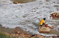 2011年9月15日,株洲清水塘的霞湾冶炼厂排污口,气味刺鼻难闻,污水涛涛,状如瀑布。