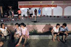 深圳坪山金沙社区入夜时分,居民来到金沙广场聊天,广场台阶上,中老年妇女则跳起健身舞。
