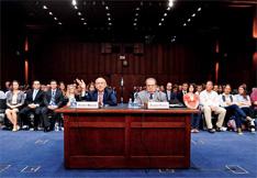 """2011年10月5日,在美国参议院司法委员会举行的""""美国宪法下法官的角色""""听证会上,美国最高法院大法官斯蒂芬·布雷耶(左)发了言。"""