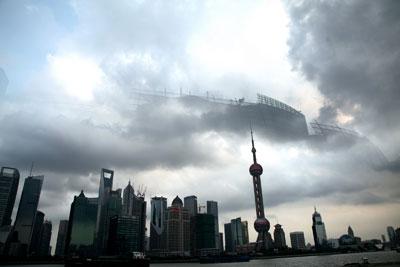 新一轮经济刺激计划似乎来势凶猛。问题是,资金从哪里来?图为2012年8月30日,上海东方明珠上方出现了海市蜃楼,工地脚手架清晰可见