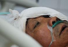 2011年11月15日凌晨,因患抑郁症办理了休学手续的湖北省武汉市高中生徐某举刀砍向父母。母亲被砍死,父亲受伤。图为躺在ICU病房的徐父。