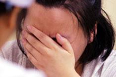 湖北省武汉市一所省级重点中学高三年级的女学生刘某,因患抑郁症,被迫停课住进医院接受治疗。