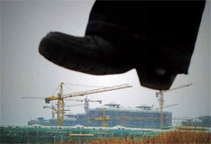 2011年2月19日,上海,正在建设中的楼盘。