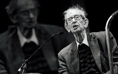 陈宜中|文 艾瑞克霍布斯鲍姆(Eric J. Hobsbawm),1917年苏维埃革命的同龄人,战后最负盛名的马克思主义历史学家之一。他长期任教于伦敦和纽约,1978年获选为英国国家学术院院士。他的史学四部曲《革命年代》《资本年代》《帝国年代》和《极端年代》,日后被推崇为纵观19世纪-20世纪西方历史、全球历史的马派经典巨著。