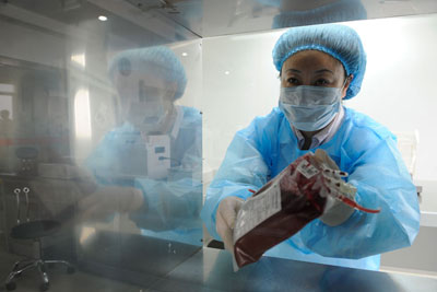 医务人员在无菌间内分拣血液。