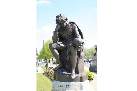 性格表达着人类永恒的内心战争.图为莎士比亚故乡的哈姆雷特塑像