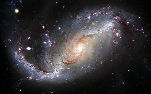 【财新网Enjoy】在2010年的《科学通讯》(ScienceNews)封面上也印着一张绚丽璀璨的太空照片。你可以看到透明度很高的玫红色弥漫在藏蓝的背景底下,数不清的星像破碎的钻石,让人根本挪不开眼睛。这张封面是为纪念哈勃太空望远镜的20岁生日,从1990年起,这架以记录星空极致风光为使命的机器绕了地球11万圈,拍下了100多万张图片和光谱,它记录下宇宙爆炸数亿年之后的恒星、星球撞击的碎片、发生在太空里的灾难还有动人心魄的美丽。