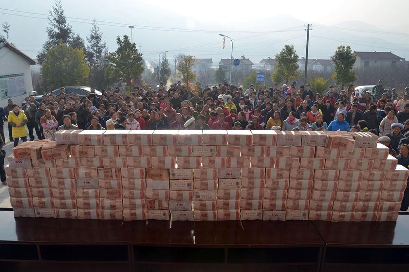 Kampung Jianshe China Susun Duit Kertas Sepanjang Dua Meter