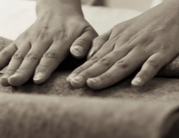 【财新网Enjoy】给你羊毛,你打算怎么把它们变成可以穿戴使用的东西?   圣经里的这则故事或许能带来些启发:圣克莱门特和圣克里斯托弗为了躲避追赶而逃亡时,用羊毛裹住双脚,好减轻些疼痛。当他们终于到达安全的地方,将疼痛的双脚从鞋中取出来时,发现由于不停地奔跑加之汗水,脚上的羊毛变成了毛毡袜子。   故事里提到了一门最原始的羊毛加工技法:湿毡。简单来说,准备好羊毛、液体(温热的水)、润滑剂(一块肥皂),再施加外力(双手就可以),使羊毛纤维纠缠压缩在一起,最后,你就会得到一整张羊毛毡。   羊毛毡是一
