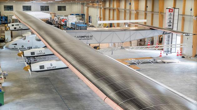 阳光动力公司的总裁兼副驾驶伯特兰皮卡德在揭幕式上说,这是当代最不可思议的飞机,它将展现我们用可再生能源做什么。试飞将在五月开始,正式环游世界时间预定在明年3月。按照计划,它将先后飞越阿拉伯海、印度、缅甸、中国、太平洋、美国、大西洋、南欧或北非,最后飞回始发地。   阳光动力一代(Solar Impulse 1)之前已经轰动过世界。去年5月,Solar Impulse 1从加利福尼亚的机场起飞,在不添加燃料的情况,完全依靠太阳能抵达纽约,成功跨越东西海岸。   这个不可思议的项目也吸引了不少明星公