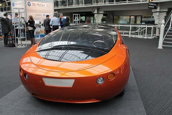 特斯拉,恐怕是最近关于汽车最热门的话题之一。无论是捧杀还是棒杀,特斯拉都开创了一种独特的造车模式。除却所谓的新能源标签(姑且将锂电池归纳至新能源),特斯拉最吸引眼球的恐怕就是其内饰的信息化设计思路了。这种思路之前在全球几大汽车巨头的产品中已经屡见端倪,但特斯拉用自己的方式将汽车内饰与互联网进行了几乎无缝的对接。所以,太多关于创新的词汇被用到了特斯拉身上,仿佛特斯拉已然开创了汽车产业的新时代,事实果真如此吗?
