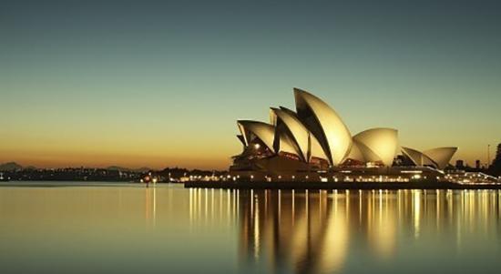 悉尼歌剧院由建筑师约恩乌松设计,它展现了一座巨型航船的形象,被认为