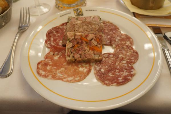 以精瘦猪腿肉制作的腊肠中的斑驳白点是掺入的脂肪,也是猪肉香的主要