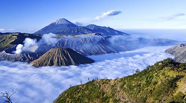 位于爪哇岛东部,离泗水约100公里.
