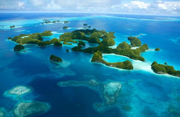 在美丽的南太平洋上,镶嵌着许多风景绮丽的岛国,人们将它们形象地喻为一串璀璨的明珠。在这串明珠之中,位于斐济以北的图瓦卢便是其中亮丽的一颗。由于气候变暖的影响,地势极低的图瓦卢正在被海水淹没。也许将来的某一天,当暮色笼罩这块区域时,人们再也找不到地图上曾经的图瓦卢。   不得不知:   1、图瓦卢已举国搬迁,想体验荒岛求生的勇士们请自备干粮雨靴手电筒,并做好随时被海浪冲到海岛另一边的准备。   2、据说只有不到50个大陆华人去过图瓦卢,再加之这个岛国已濒临消失,所有去图瓦卢并活着回来的驴友们都
