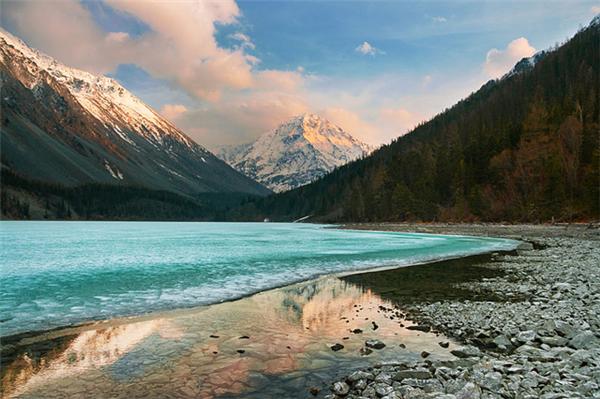巴尔喀什湖:巴尔喀什湖是一个内陆冰川堰塞湖
