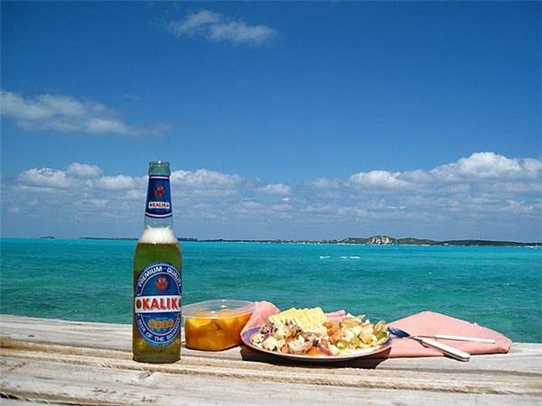 巴哈马群岛:新鲜的巴哈马海螺肉沙拉和kalik冰啤酒