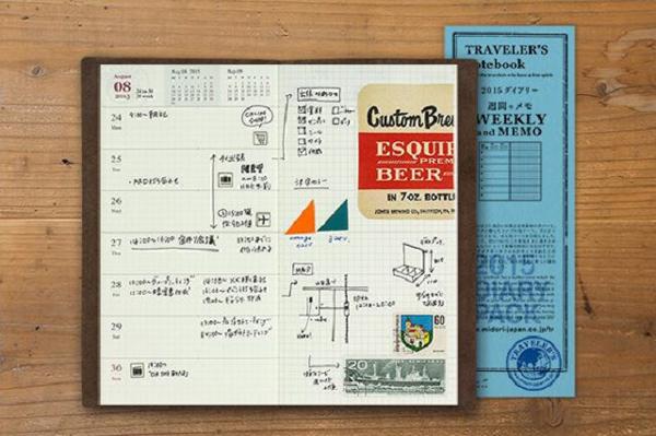 "LEUCHTTURM 1917 被笔记本爱好者称为最适合钢笔书写的笔记本""。写钢笔完全不会透,纸张是 80 克高品质无酸纸,且具有防洇墨技术,且笔记本完全采用全手工装订。LEUCHTTURM 1917 的明星产品是绑带式的笔记本,这种笔记本已经在欧洲流行了200年,以大气、严谨的风格征服了无数死忠粉。   德国 LEUCHTTURM1917 按照惯例会在 2015 年推出新的 18 个月周记本,专为学院派准备。日程安排从2014年9月1号到2016年2月29号结束,总共192页。封面封底是黑色硬皮,"