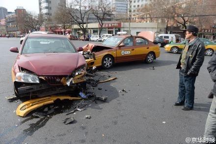 北京两辆出租车相撞四人受伤