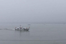 长江沉船救援现场 船体倒扣水中 船底外露