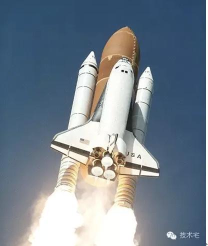 而且一架航天飞机的发射准备时间仅需要两周远比火箭反应要快.