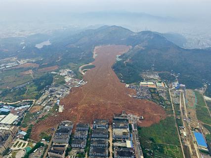 月21 日,广东深圳,航拍光明新区山体垮塌事故现场,大面积渣土滑坡