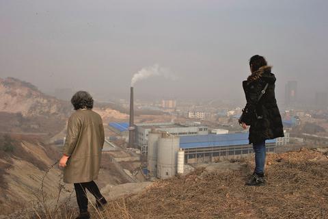 2015年1月9日,湖北武汉,从锅顶山俯视,汉阳锅顶山垃圾焚烧厂周边有密集的生活区。 彼时,众多住户因难忍臭味而暂时搬离。由于类似环境问题,中国大量居民对垃圾焚烧存警惕之心。
