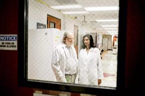 ►Ilana Panich-Linsman for The New York Times. 詹姆斯·P·艾利森博士(Dr. James P. Allison)与帕德玛尼·沙玛博士(Dr. Padmanee Sharma)自2005年开始合作,于2014年结婚。艾利森医生开发了第一种检查点抑制剂Yervoy。