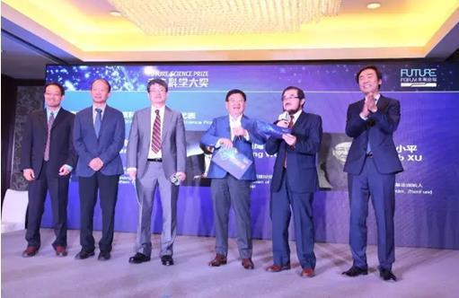 ►丁洪、李凯、夏志宏与捐赠人徐小平、吴鹰、邓锋一起揭晓物质科学奖