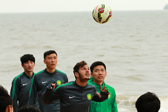 "Brazilian soccer player Kleber Laube Pinheiro,who plays for Beijing Guo'an Club, practices on a beach in Haikou, Hainan province on Jan. 12, 2016. The General Sports Administration said recently that the spending on bringing global sports talent to China has become ""irrational,"" and the practice needs to be controlled. Photo: IC"