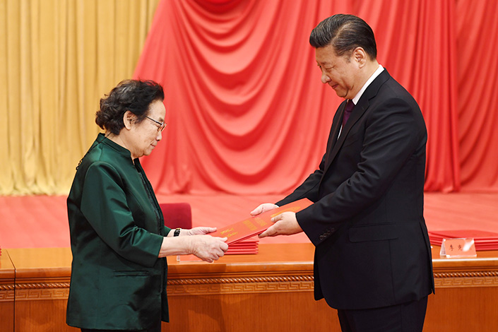 Tu Youyou, winner of the 2015 Nobel Prize in physiology or medicine, receives her 2016 national Science & Technology Award from President Xi Jinping on Monday in the Great Hall of the People in Beijing. Photo: Li Xueren / Xinhua News Agency