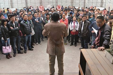 2014年10月23日,河北香河开发商私自更改小区规划设计引发业主抗议,纷纷自发集中在售楼处门前维权讨说法。