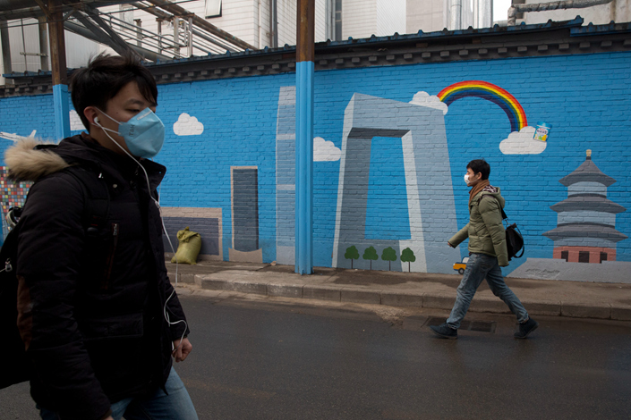 A mural depicting a blue sky day is seen on a smoggy day in Beijing in December 2015. Photo: IC