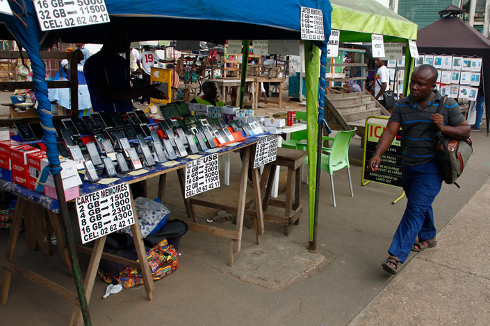 A cellphone vendor displays his wares in Abidjan, Ivory Coast, in April. China Communications Service Corp. Ltd., a subsidiary of China Telecom, is planning a massive fiber-optic network in Africa that will cover 48 countries. Photo: IC