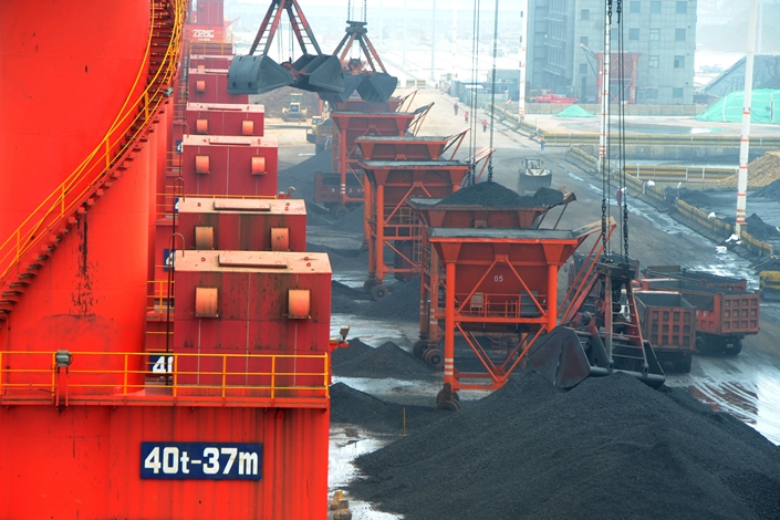 Imported coal is unloaded at a terminal in Lianyungang, Jiangsu, on July 6, 2013. China's National Development and Reform Commission said Thursday that it doesn't plan to reintroduce supply-reducing curbs in coal production. Photo: IC