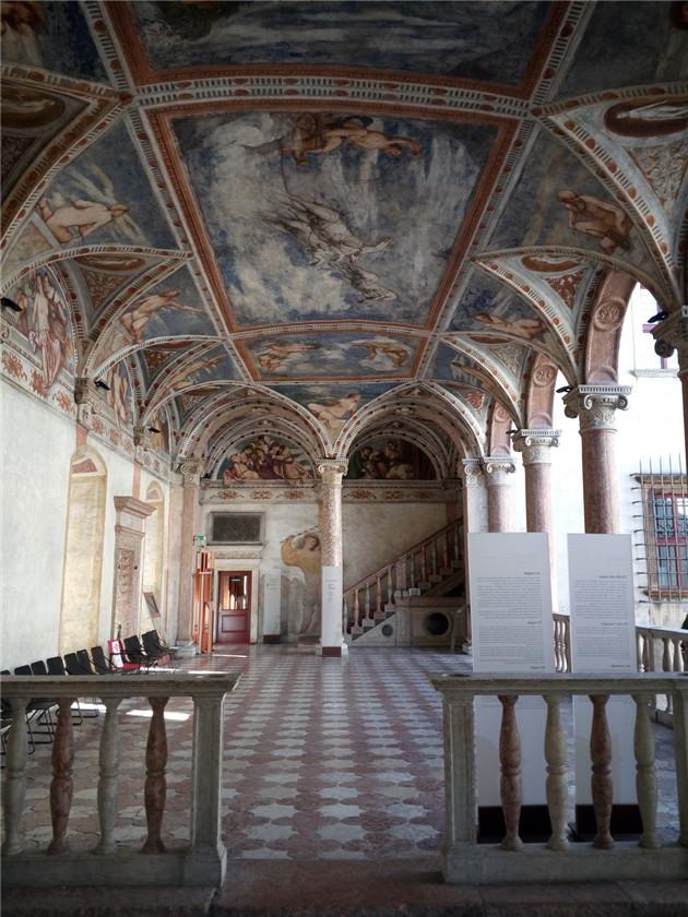 《教会、帝国及土耳其风》展出地:布昂空希略城堡,图为城堡二层廊柱