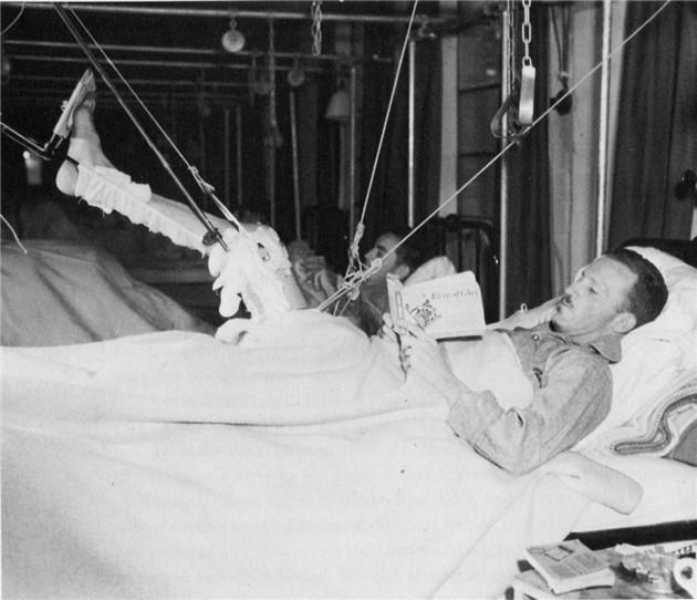 病床上休养的士兵正在读书