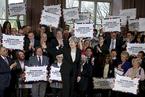 英议会批准提前大选 执政党民调领先