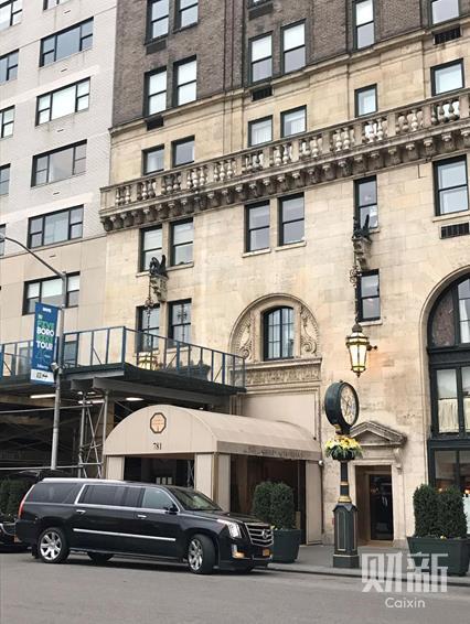 图2:纽约Sherry-Netherland Hotel酒店入口,郭文贵在2015年以6700万美元,买下了与这家酒店同处一个建筑的纽约第五大道767号的一整层(财新记者摄)