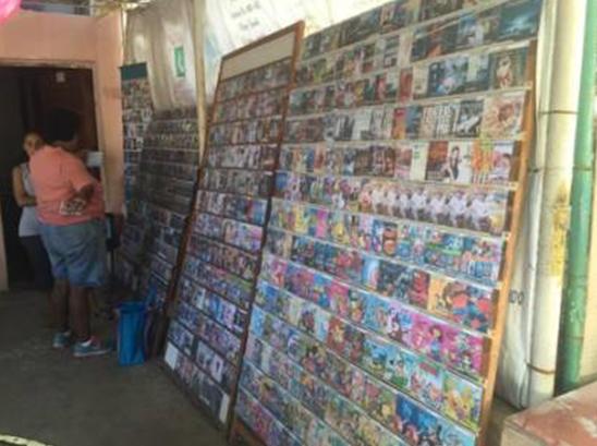 △ 出售CD碟片的小店,在网络不普及的古巴,这些电影电视剧动画片碟片依然很有市场