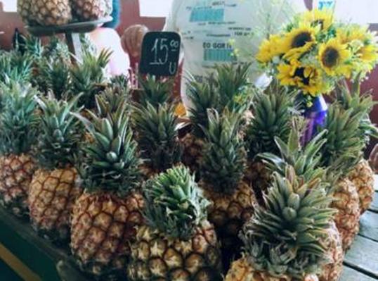 △ 卖菠萝的阿姨有颗少女心,摊位上总是摆放各种鲜花