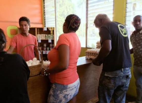 △ 在副食品供销社排队购买鸡蛋的市民