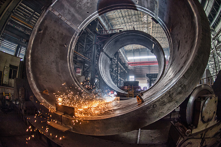 Workers weld mining equipment in Luoyang, Henan province, on Sept. 8, 2015. The Caixin China General Manufacturing Purchasing Managers' Index came in at 50.3 last month, the weakest reading since September's 50.1. Photo: Visual China